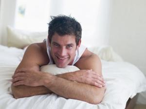 ragazzo felice sul letto